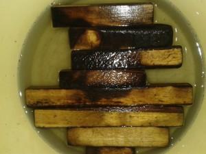 Дуб после обжига в емкости с водой