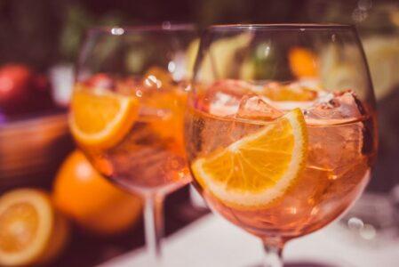 Рецепт напитка Aperol Spritz. Летний напиток с аперолем и просекко