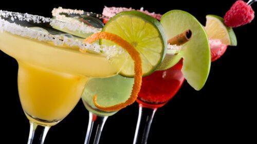 Ароматизирующие напитки и бокал для коктейлей.