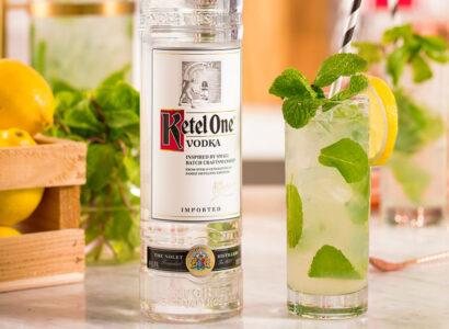 Водка с лимонадом - простой праздничный напиток.