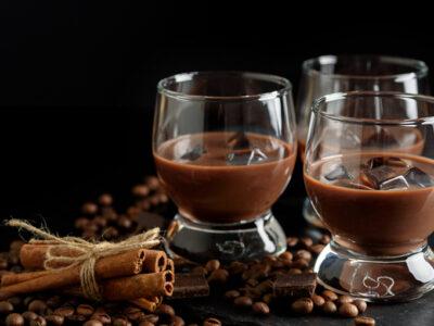 Рецепт горячего шоколада с виски и карамельным попкорном.
