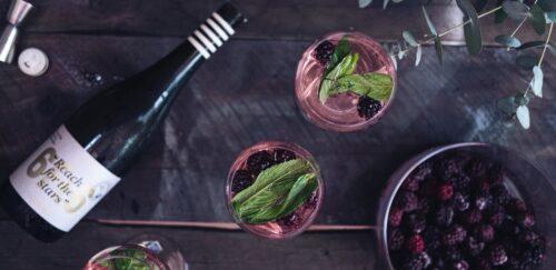 Освежающий женский напиток с розовым вином и черникой.