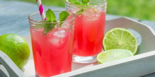 Как приготовить ягодный Камикадзе - красочные рюмки с водкой.