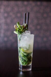 Мохито безалкогольный - рецепт напитка с мятой и лаймом.