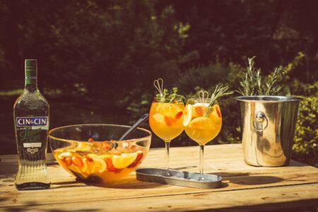 Праздничный фруктовый пунш с водкой и вермутом.