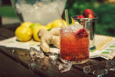 Strawberry Caipiroska - простой напиток с водкой и клубникой.