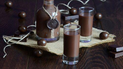 Сладкий напиток с водкой и домашним шоколадным ликером.
